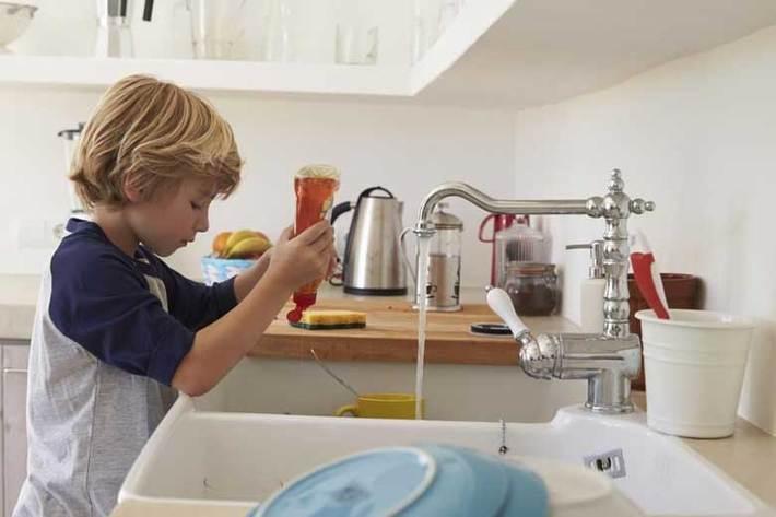 نوجوان خود را با این 7 مهارت به تقسیم کار در خانه تشویق کنید