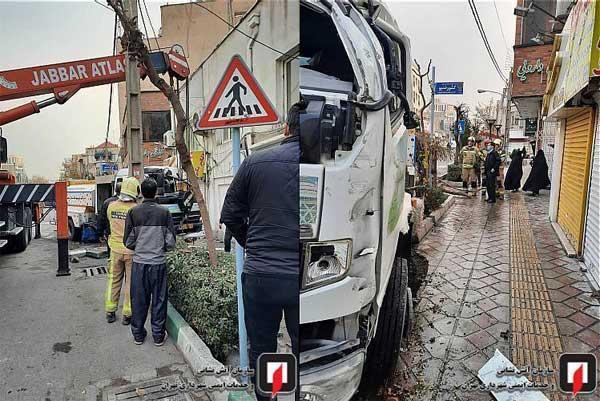 برخورد کامیونت با مغازه های خیابان دولت در تهران