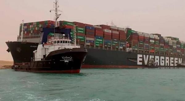 کانال سوئز همچنان به علت انحراف کشتی باری پانامایی مسدود است